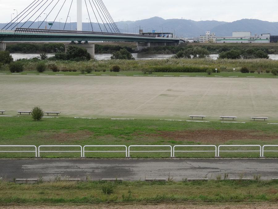 2017.10.22台風21号の影響・10.25の鳥飼下人工芝サッカー場の中央の様子